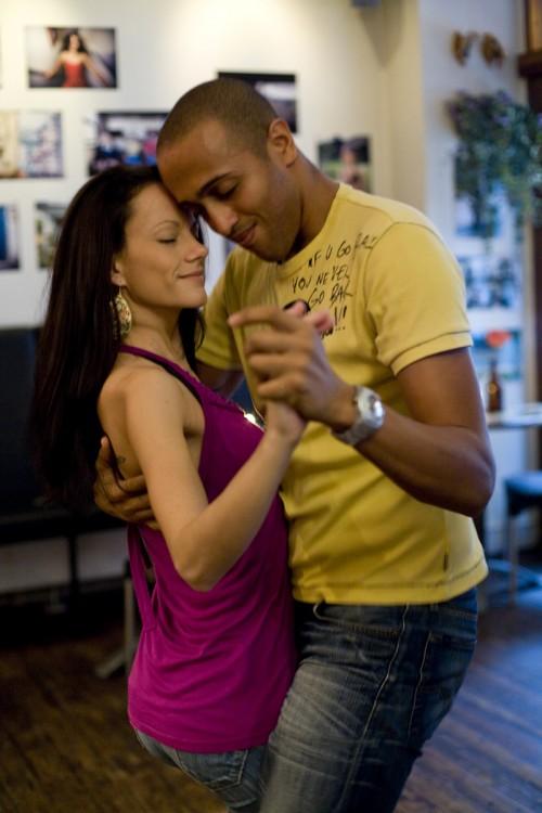 Una pareja en un club bailando Bachata