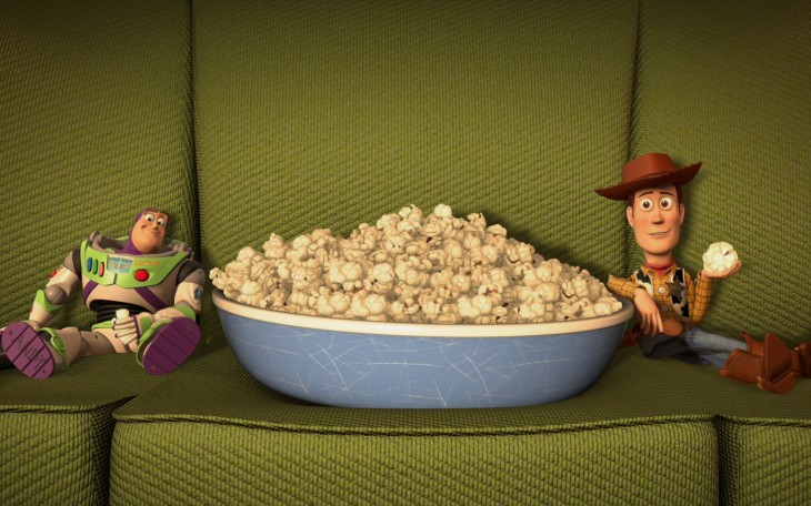 Buzz y Woody sentados en un sillón comiendo palomitas de maíz