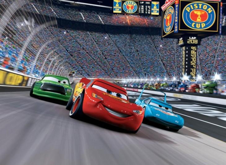 Rayo McQueen en una carrera de la copa piston