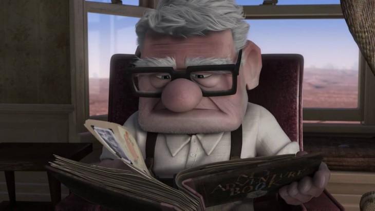 Carl sentado en una silla leyendo un libro