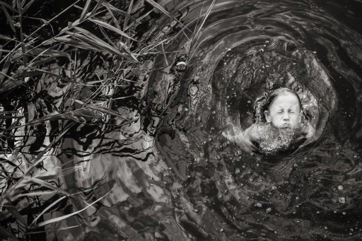 Fotografía de una niña dentro del agua