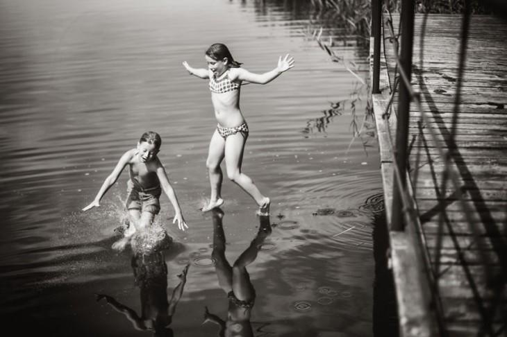 Niños aventándose al agua