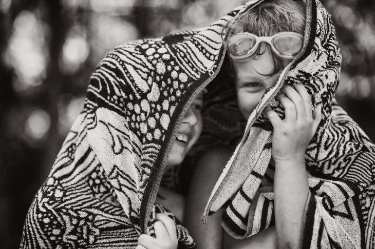 Dos niños tapados con una cobija