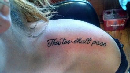 """Tatuaje en un hombro con la frase """"this too shall pass"""""""