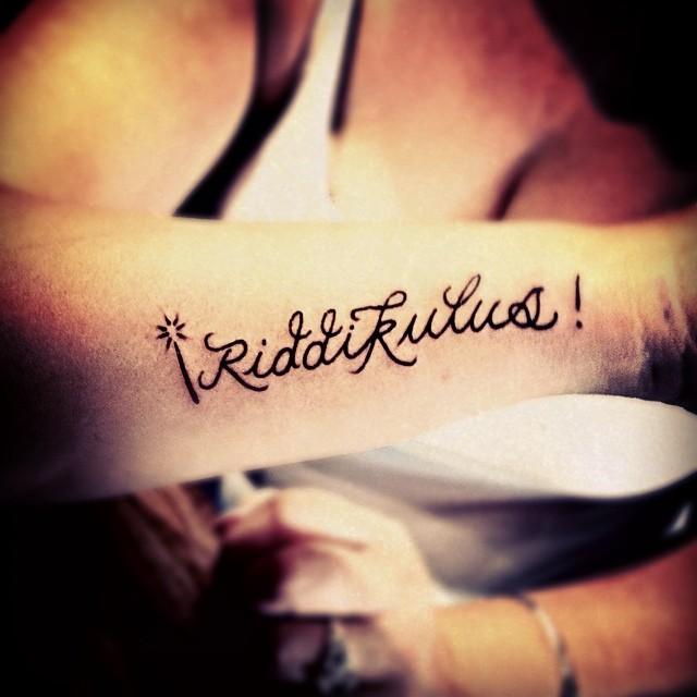 Tatuaje con la frase Riddikkulues en un brazo