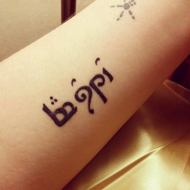 Tatuaje con una frase en otra tipografía