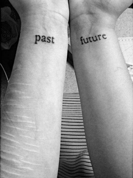 """Tatuajes en las muñecas de los brazos con las palabras """"Past"""" y """"Future"""""""