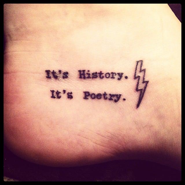 "tatuaje de un pie con la frase ""It´s history"" ""It´s poetry"""