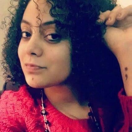 Fotografía de una mujer mostrando un tatuaje de punto y coma en su muñeca