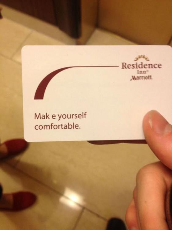 Mano sosteniendo una tarjeta blanca