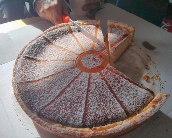 Persona partiendo un pastel de la manera equivocada