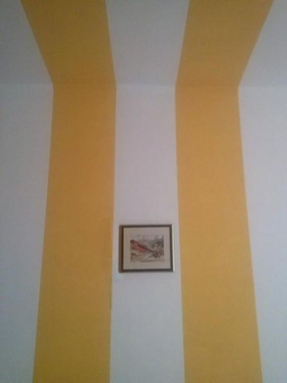 Fotografía de la pintura de una casa con un cuadro en el centro