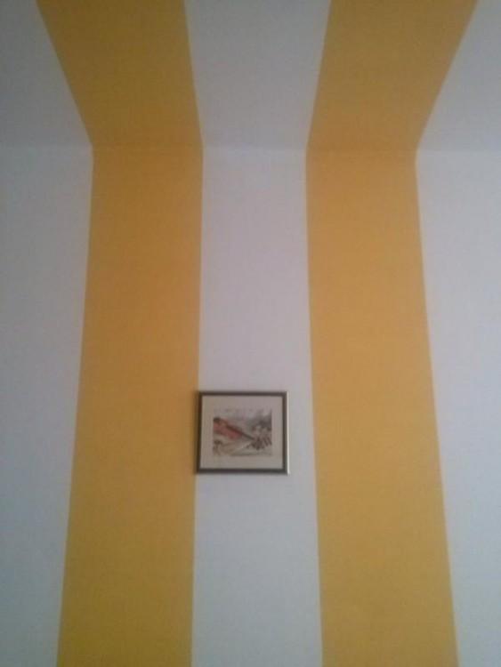 Cuadro desalineado de la pintura en la pared de una casa