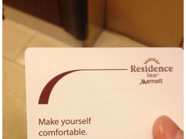 tarjeta blanca promocionando una residencia