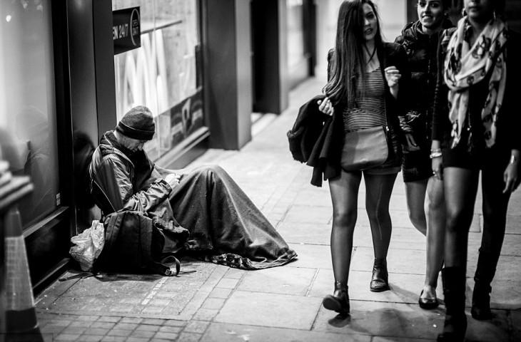 hombre tirado en la banqueta sin hogar