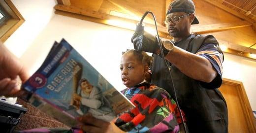 Barbero corta el cabello de niños gratis a cambio de que le lean un cuento