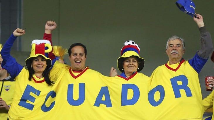 familia ecuatoriana festejando