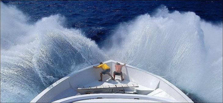 hombres luchando contra el oleaje del mar alto