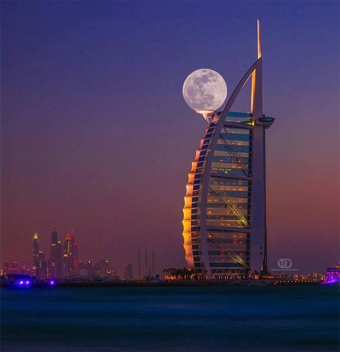 la luna sostenida por monumento emblematico de dubai