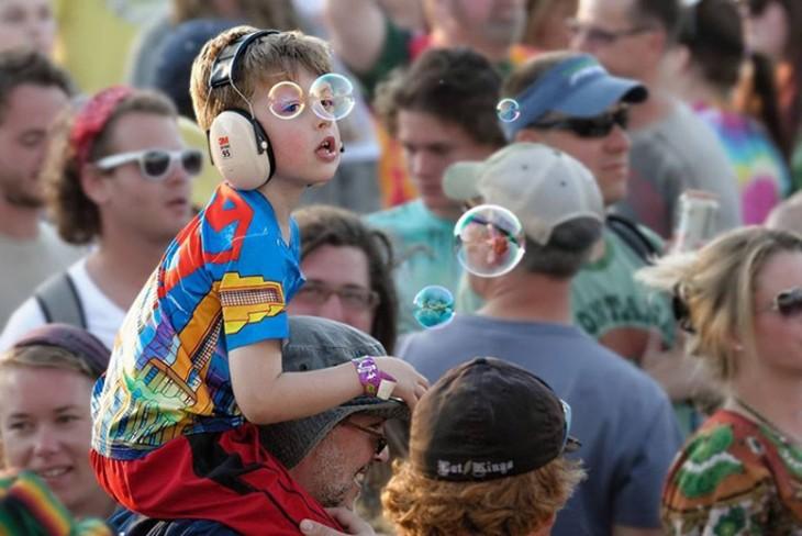 niño que parece que tiene lentes de burbuja de jabon que se ven muy padres