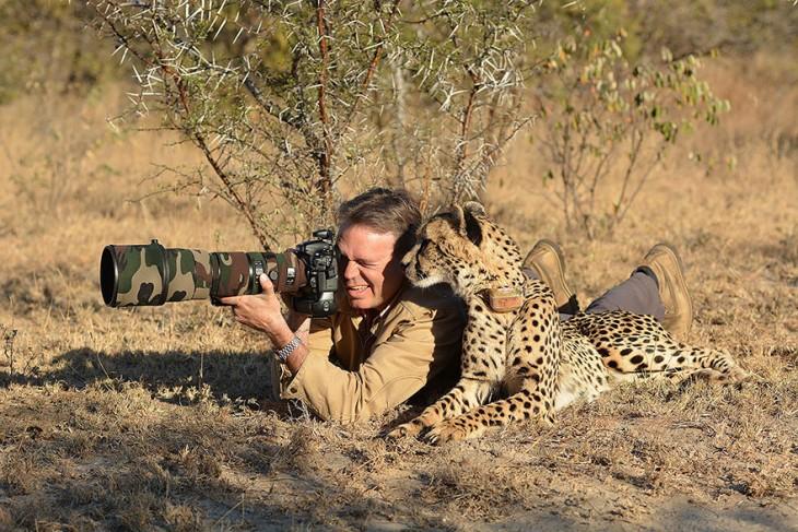 Fotógrafo acostado en el suelo tomando una foto junto a un jaguar