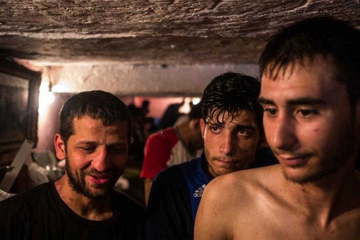 hombres que viven debajo de las alcantarillas se drogan dia a dia por buscar un a forma de escapar a su vida