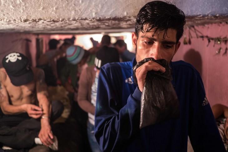 rumano refugiado en los tuneles por el bruce lle se droga mientras esta siendo grabado
