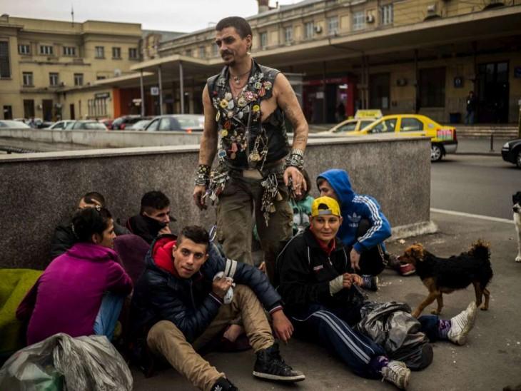 desamparados de rumania que viven bajo los tuneles esperando el tatardecer para salir en grupo completo de las alcantarillas