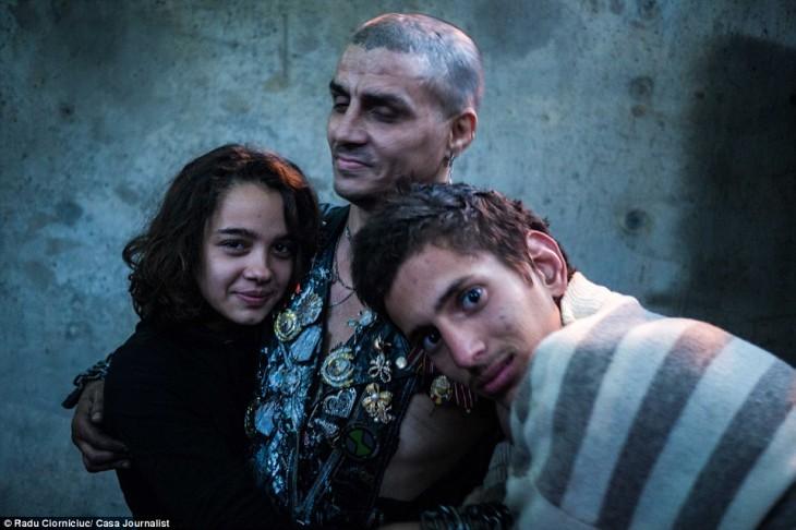 bruce lee abrazado de niños que viven en las alcantarillas de rumania