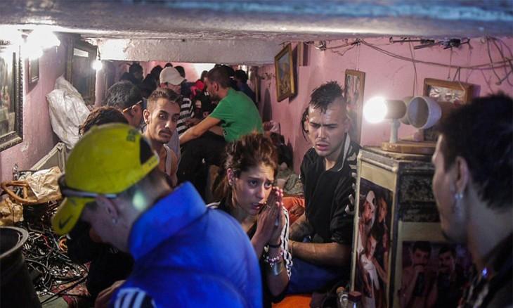 la vida en las alcantarillas en rumania suelen ser deplorables, las drogas enfermedades y la falta de aliento en otras personas llevan a estos sujetos al exilio en los tuneles de la calefaccion de rumania