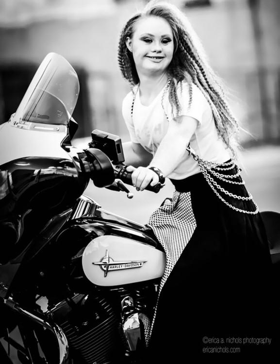 madeline en una moto posando de rocker