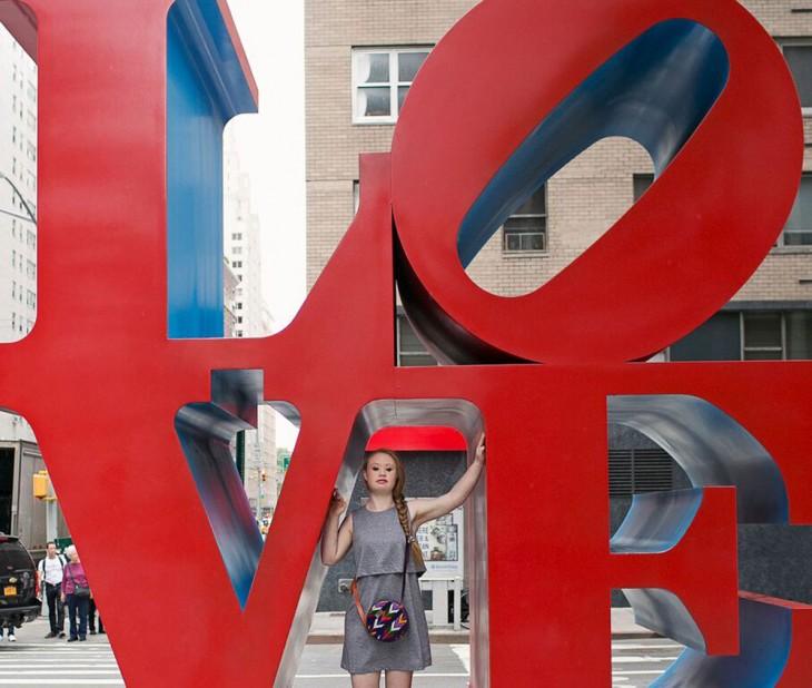 madeline posando en la palabra love