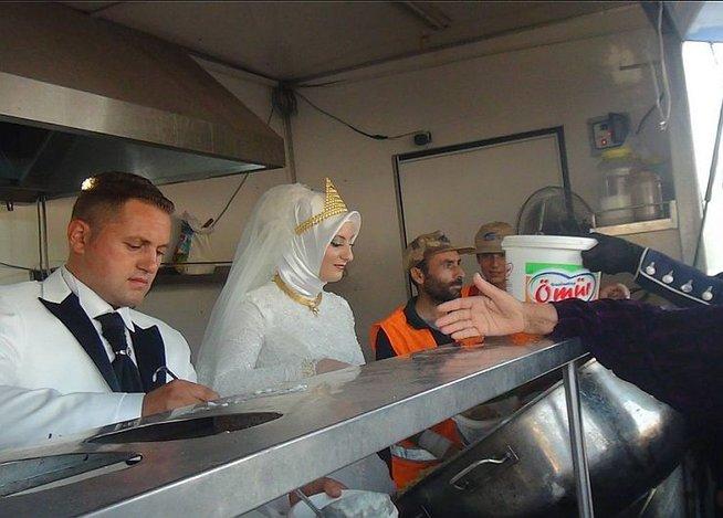 pareja turca regala su banquete de bodas a los 4 mil refugiados sirios que tienen en la ciudad de kilis
