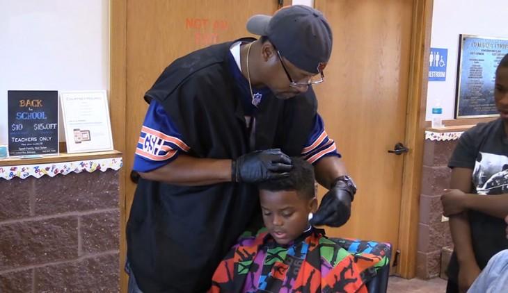 peluquero con niño tranquilo leyendo