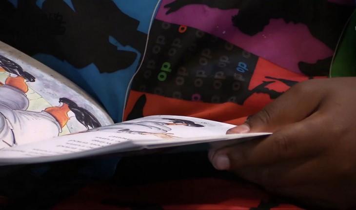 manos del niño con los libros en la mano