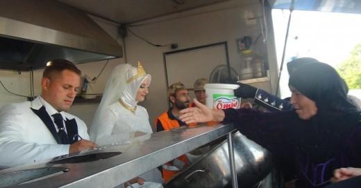 Estos recién casados turca pasó su día de bodas de una forma muy singular y apartada del egoísmo y la autosatisfacción, pues compartió el banquete de su fiesta con 4 mil invitados muy especiales