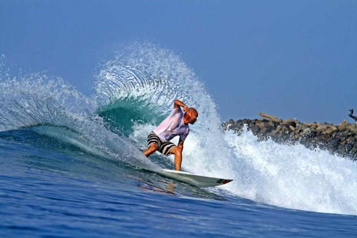 playa punta mango surfista sobre las olas