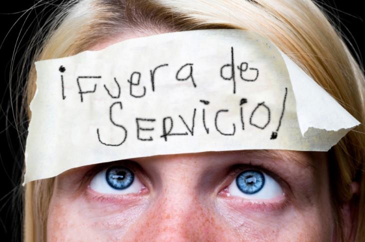 mujer con un letrero que dice fuera de servicio