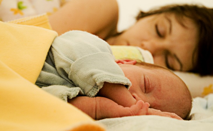madre e hijo tomando una siesta