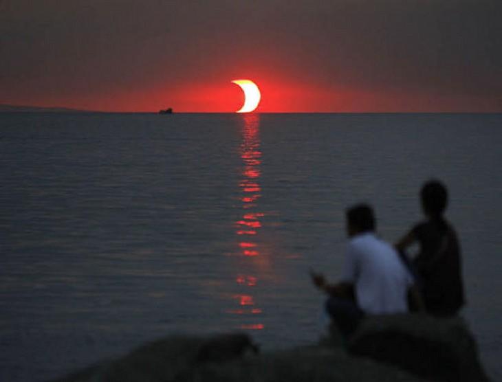 un eclipse y un atardecer a la misma hora