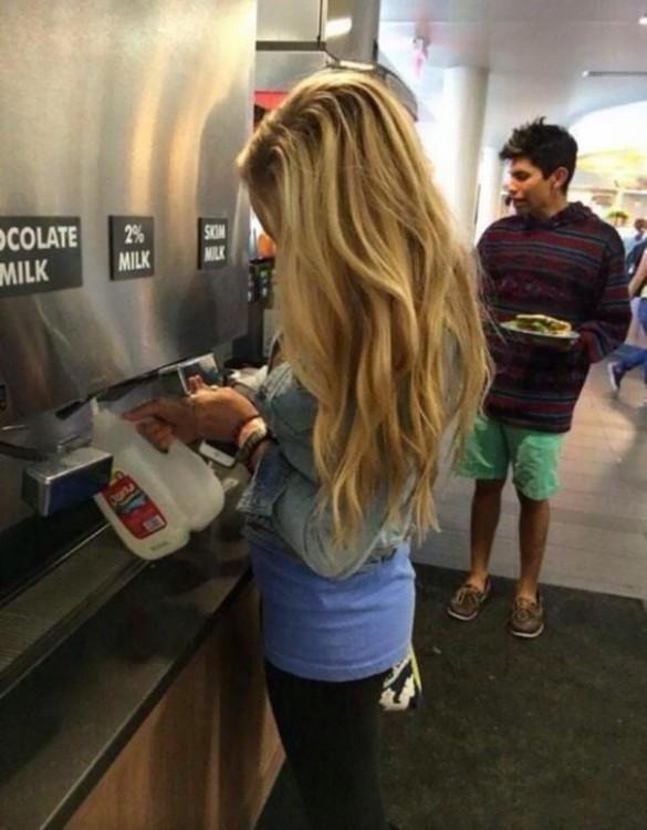 muchacha llenando su botella de leche en el despachador
