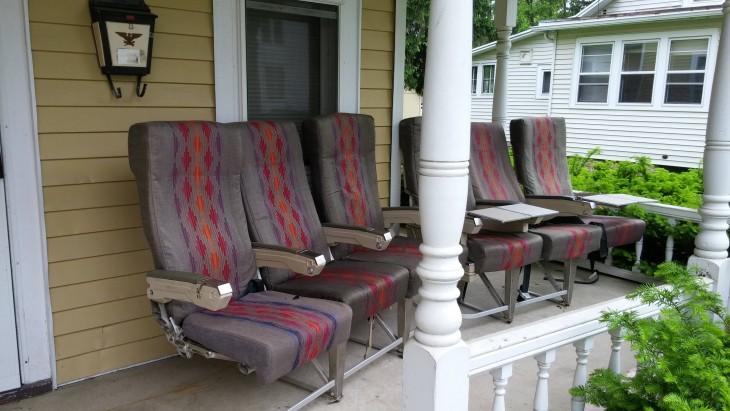 sillas de autobuses usadas como sillas para el jardín