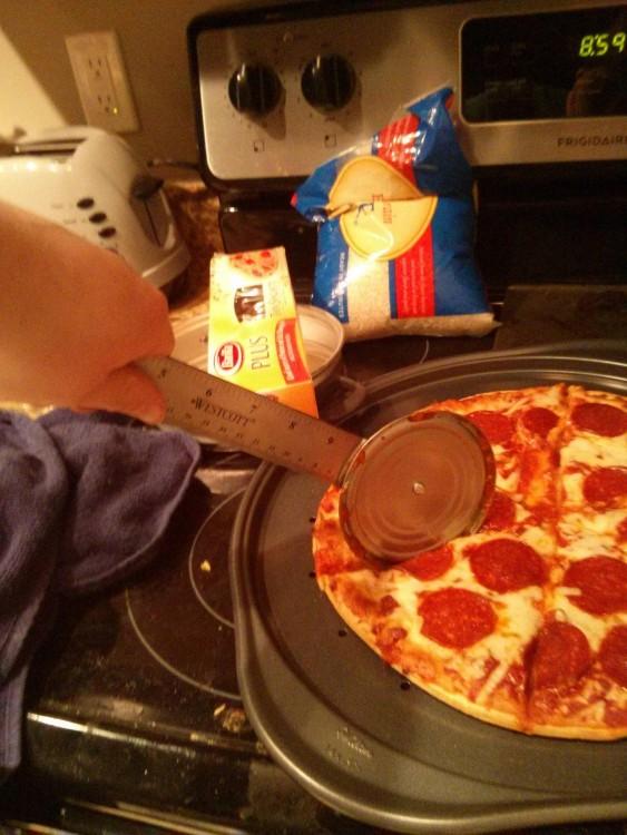 corta pizzas hecho con una regla y una lata