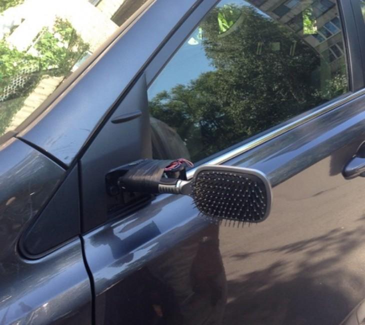 espejo retrovisor para auto hecho con un cepillo de mujeres
