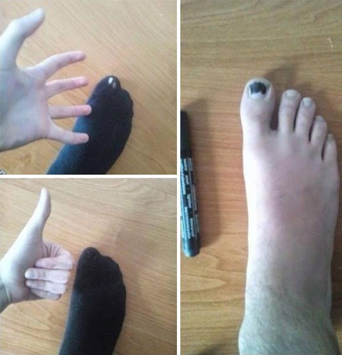calcetines rotos que son remendados con un marcador de tinta permanente