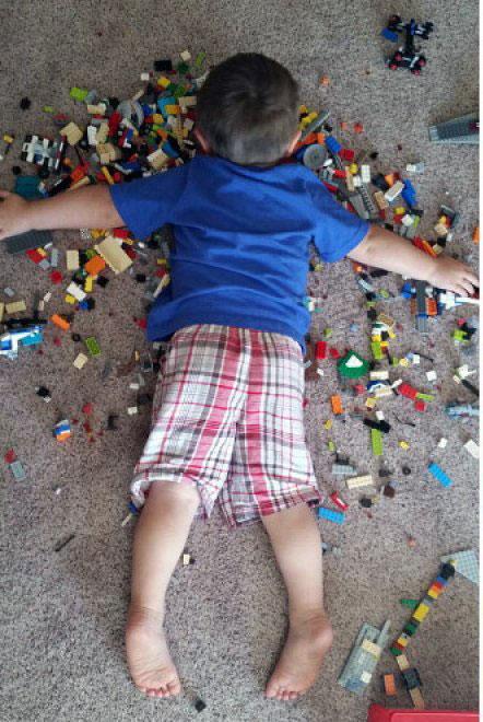 NIÑO DORMIDO SOBRE SUS LEGOS