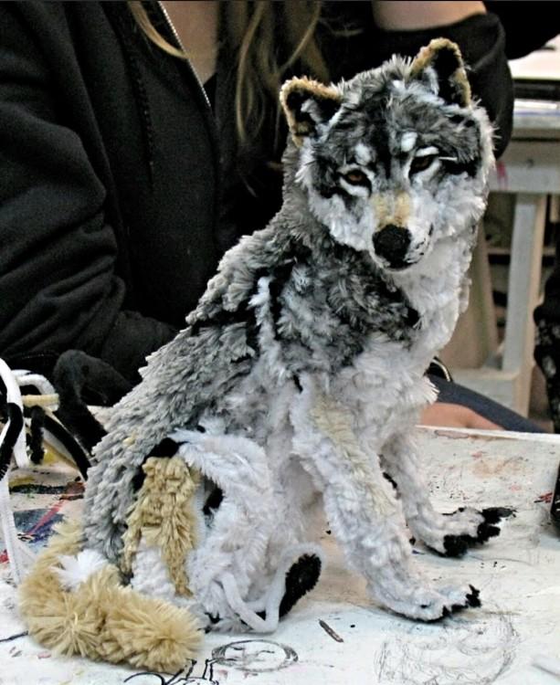 artesania en forma de lobo hecha a base de limpia pipas