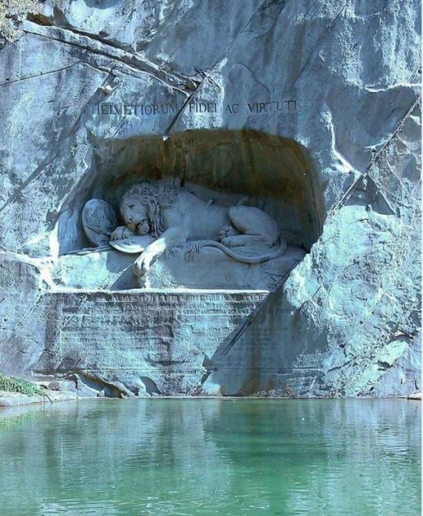 Esta escultura de León herido rinde homenaje a los guardias suizos que murieron en la revolución.