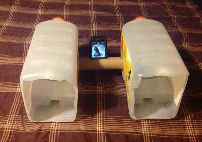 bocina hecha con botes de leche y un poste de carton para las servitoallas