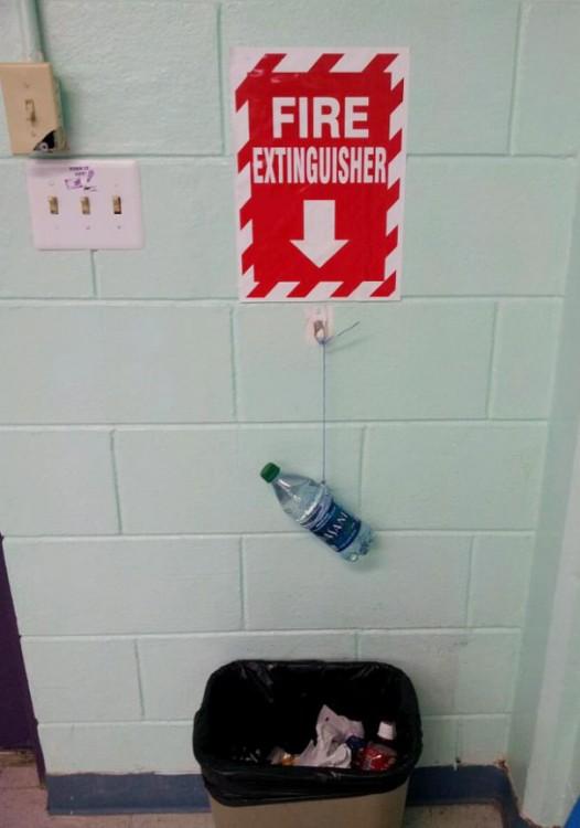 extintor de fuego hecho con una botella de agua